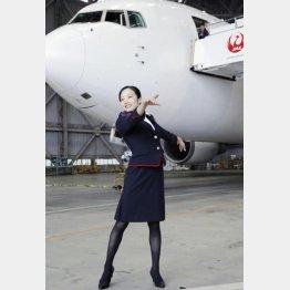 客室乗務員の制服姿でポーズをとる本田真凜(C)共同通信社
