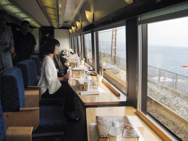 大きな窓から海が(伊豆クレイルの1号車)/(C)日刊ゲンダイ