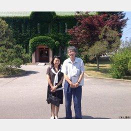 青森県黒石市「りんご資料館」の前で(提供写真)