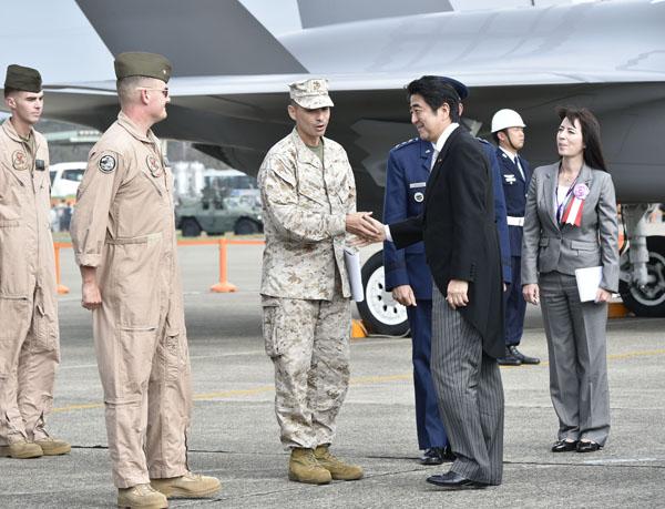自衛隊航空観閲式での安倍首相(C)日刊ゲンダイ