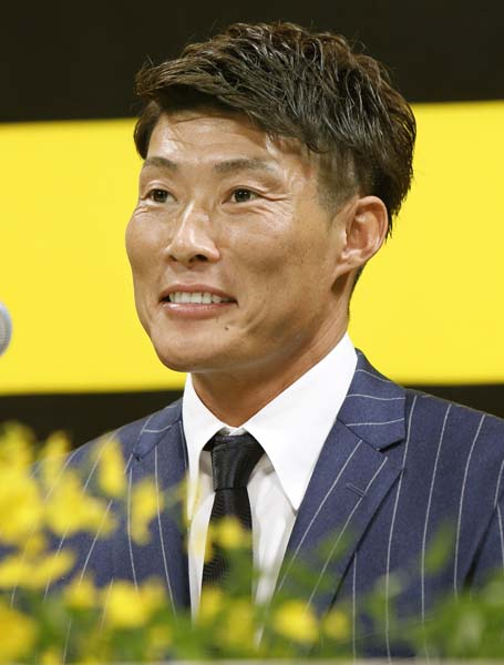 25日、阪神の入団記者会見で笑顔を見せた(C)共同通信社