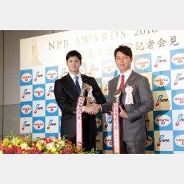 最優秀選手賞を受賞した日本ハム大谷と広島新井(右)/(C)日刊ゲンダイ