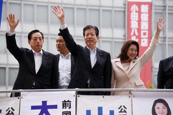 街頭演説をする公明党(央・山口代表)/(C)日刊ゲンダイ
