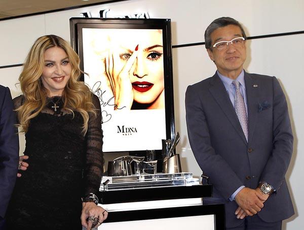 マドンナがプロデュースする新商品発売イベントでの三越伊勢丹HD大西社長(C)日刊ゲンダイ