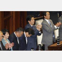 TPP承認案が衆院本会議で可決され拍手する安倍首相(C)日刊ゲンダイ
