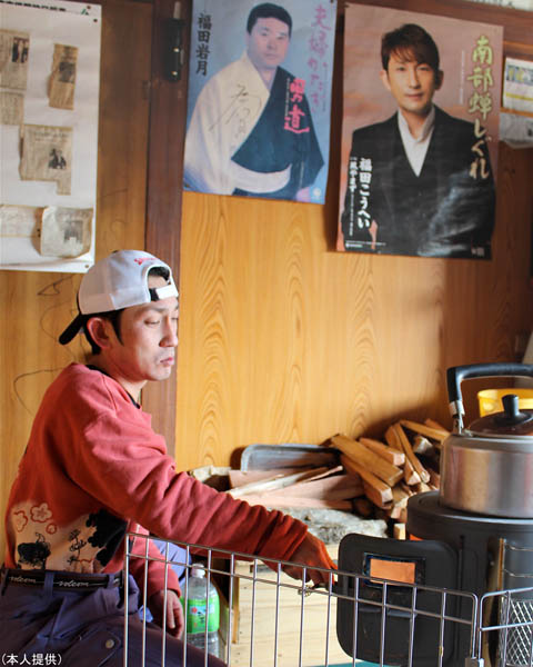3年前実家で。左のポスターは父の福田岩月さん(C)日刊ゲンダイ