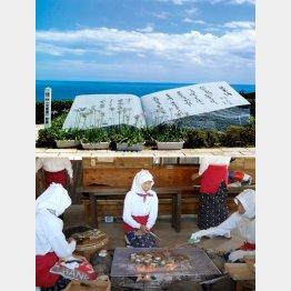 鳥羽展望台の「兄弟酒」歌碑(上)・海女小屋で海の幸を(C)伊勢志摩観光コンベンション機構」提供