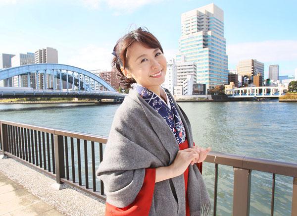 堀口茉純さん。左奥が永代橋。討ち入り時はもっと上流に架かっていた(C)日刊ゲンダイ