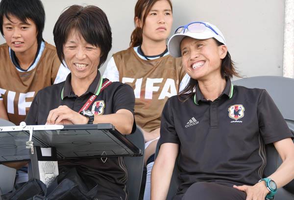 高倉麻子監督(右)と大部由美コーチ/(提供写真)