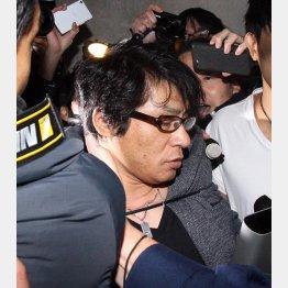 報道陣にもみくちゃにされるASKA(C)日刊ゲンダイ