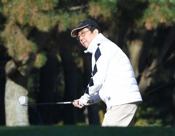ノンキにゴルフしてる場合か(3日、神奈川のスリーハンドレッドクラブにて)/(C)日刊ゲンダイ
