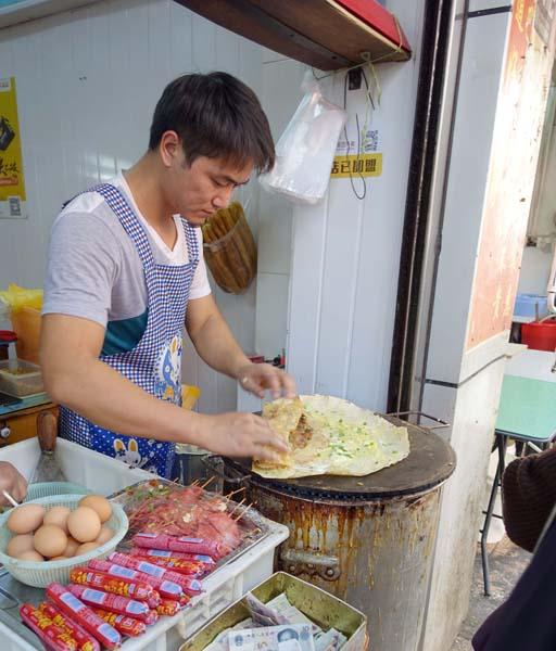 煎餅の店は路上で見つけよう(C)日刊ゲンダイ