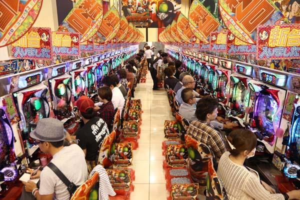 カジノなどつくらなくても、パチンコ産業で日本はすでにギャンブル大国(C)日刊ゲンダイ