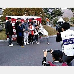 韓国では試合会場にいつも両親や家族が一緒(C)太刀川正樹