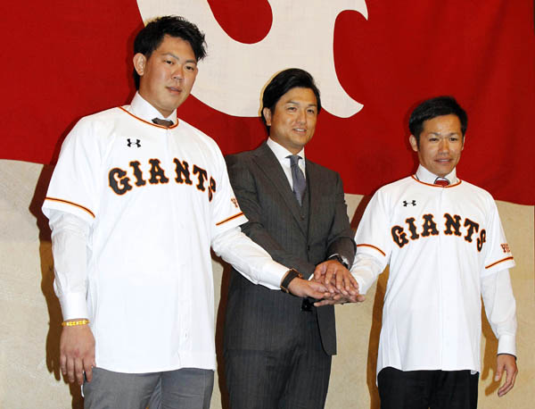 山口俊(左)、森福(右)と共に(C)日刊ゲンダイ