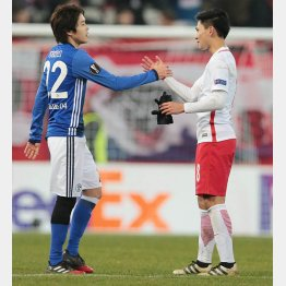 ザルツブルグFW南野(右)と握手する内田(C)Norio ROKUKAWA/office La Strada