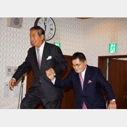 亀井議員(右)に支えてもらう慎太郎氏(C)日刊ゲンダイ