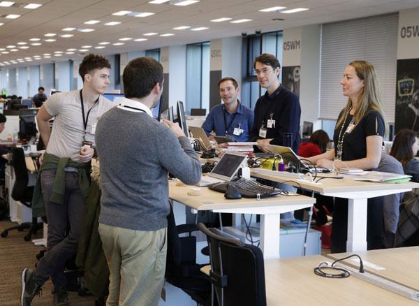 楽天は社員全員の机を昇降デスクに一新(提供写真)