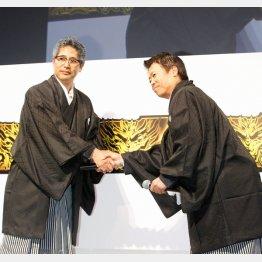 がっちりと握手を交わした長谷川氏(右)と星野氏(C)日刊ゲンダイ