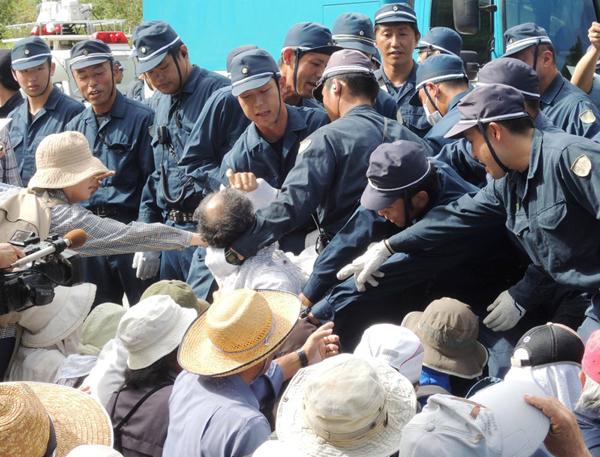 沖縄の高江ヘリパッド工事で住民を強制排除する警察(C)日刊ゲンダイ