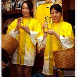 ちゃんこ黒潮に来店した「PA-3」サンプリング隊の知原ゆり乃さん(左)と佐藤かおりさん(C)日刊ゲンダイ