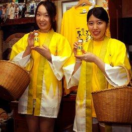 ちゃんこ黒潮に来店した「PA-3」サンプリング隊の知原ゆり乃さん(左)と佐藤かおりさん