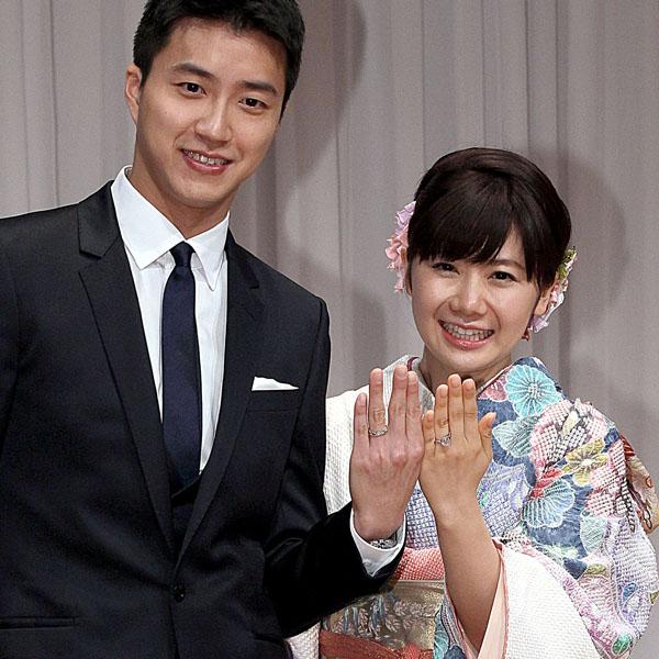 結婚会見で指輪を見せる2人(C)日刊ゲンダイ