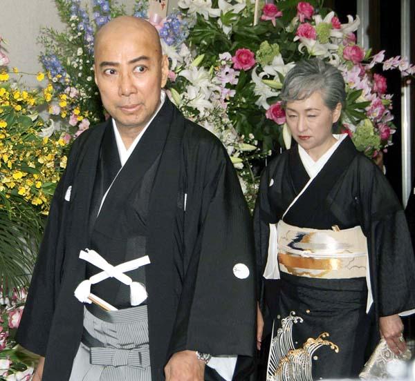 海老蔵と真央の結婚披露宴で、夫・團十郎と(C)日刊ゲンダイ