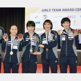 (左から)世界ジュニア選手権女子団体で優勝した伊藤美誠、平野美宇、加藤美優、早田ひな(C)共同通信社