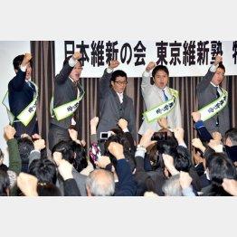 公認候補内定者と気勢を上げた松井府知事(中央)/(C)日刊ゲンダイ