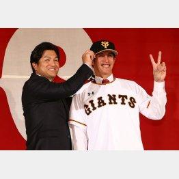 背番号「2」のポーズ。左は高橋監督(C)日刊ゲンダイ