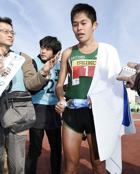 防府読売マラソンで3位に終り、報道陣の質問に答える川内(C)共同通信社