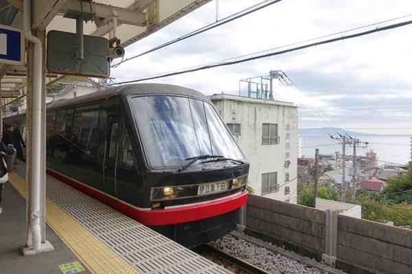 珍しい黒い車両(C)日刊ゲンダイ
