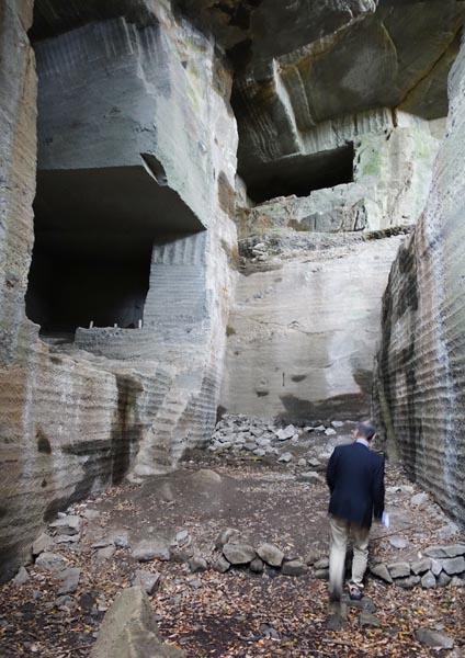 石切り場は幻想的な雰囲気(C)日刊ゲンダイ