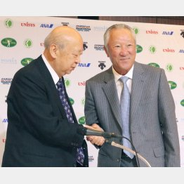 16年3月、青木功がJGTO会長に就任(左は海老沢勝二前会長)/(C)日刊ゲンダイ