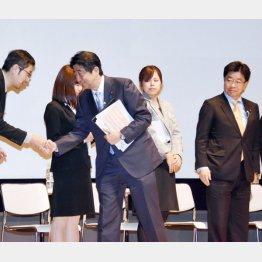 「1億総活躍社会の実現」対話集会での安倍首相と加藤大臣(C)日刊ゲンダイ
