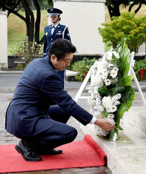 米国立太平洋記念墓地で献花する安倍首相(C)ロイター