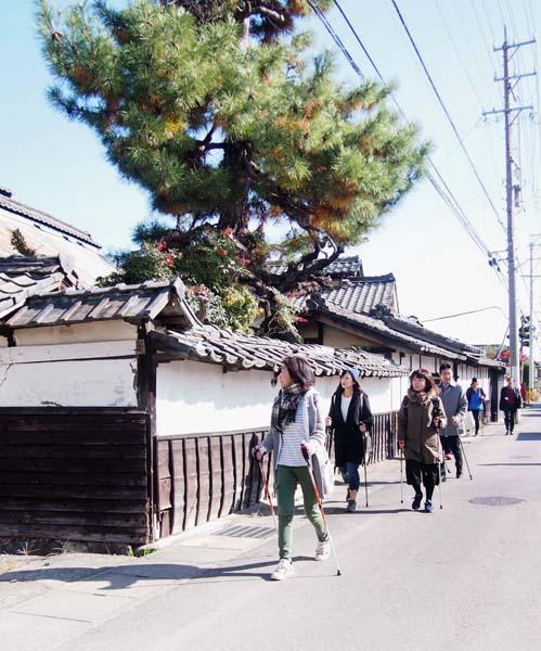 城下町を歩く(C)日刊ゲンダイ