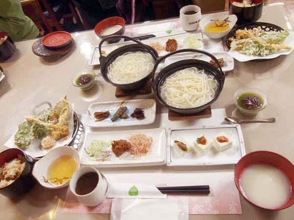 老舗味噌屋さんのおしぼりうどん(C)日刊ゲンダイ