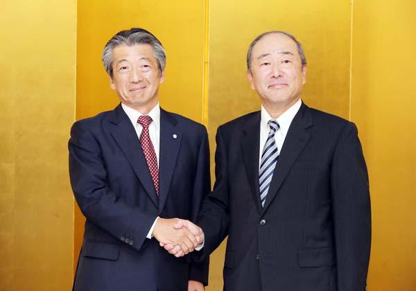 握手する昭和シェルの亀岡社長(左)と出光の月岡社長/(C)日刊ゲンダイ