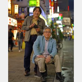 「フライデー」時代は良きライバルだった小原玲氏(左)と宮嶋茂樹氏/(C)日刊ゲンダイ