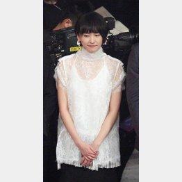 審査員席に座ったまま「恋ダンス」披露の新垣結衣(C)日刊ゲンダイ