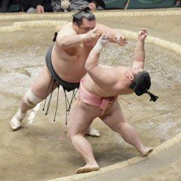 豊響(左)の攻めを土俵際でこらえる宇良