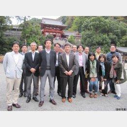 2014年、クラシエになって初めて開催した社員旅行で鎌倉・鶴岡八幡宮へ(C)日刊ゲンダイ
