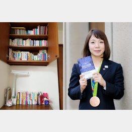 """3段の棚と机の上が""""マイ本棚""""(C)日刊ゲンダイ"""