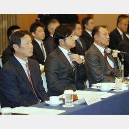 スタッフ会議に臨んだ由伸監督とコーチ陣(C)日刊ゲンダイ