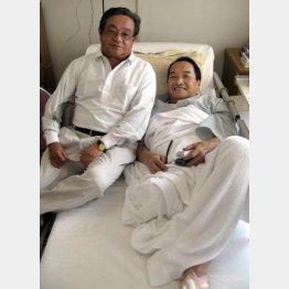 右足を切断した木之本氏を入院先に見舞った森氏(左)/(C)日刊ゲンダイ
