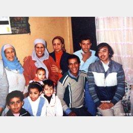 エジプトで運転手家族に招待されて(右端が西山氏)/(提供写真)