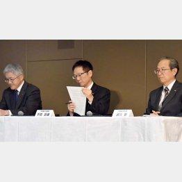 経営再建中に巨額損失事件が発覚(昨年12月に会見した東芝経営陣)/(C)日刊ゲンダイ