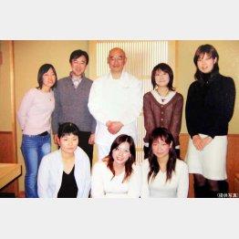 「本物を知る」をテーマに寿司の名店あら輝へ(東京女学館のゼミ生と)/(提供写真)